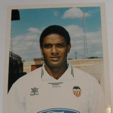 Coleccionismo deportivo: VALENCIA CLUB DE FUTBOL TEMPORADA 95 96 FOTO JUGADOR PAPEL AGFA. Lote 296067703
