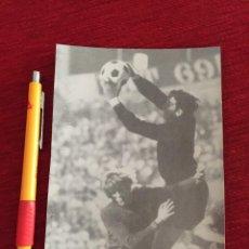 Coleccionismo deportivo: R15625 FOTO FOTOGRAFIA ORIGINAL DE PRENSA ESPAÑA 2-2 YUGOSLAVIA (19-10-1972) IRIBAR. Lote 297177043