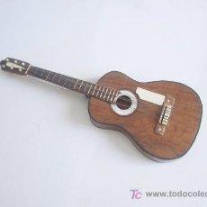 Instrumentos musicales: REPRODUCCIÓN DE GUITARRA EN MINIATURA CON SU ESTUCHE. 16 CM DE LONGITUD. S. XIX. . Lote 25159055