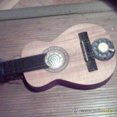 Instrumentos musicales: CURIOSA GUITARRA PEQUEÑA CONVERTIDA EN APARATO TELEFÓNICO Y/O RADIO.. Lote 26953322