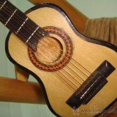 Instrumentos Musicais: TALLA DE MADERA GUITARRA FLAMENCA CON SILLA DE ANEA Y PALO EN MINIATURA 20 X 9 CM, PARA COLECIÓN. Lote 163742638