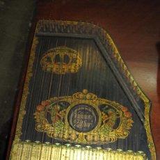Instrumentos musicales: BELLÍSIMA CITARA DE FINALES DEL SIGLO XIX. EXUBERANTE DECORACIÓN CON PAVOS REALES.. Lote 23300019