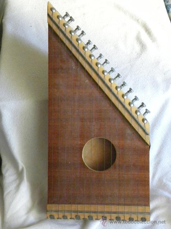 Instrumento musical de cuerda con caja de mader - Vendido