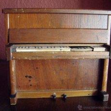 Instrumentos musicales: ANTIGUO PIANO CAJA DE MUSICA TOTALMENTE DE MADERA CON TAPA PARA GUARDAR COSAS Y UN CAJON SECRETO. Lote 45576578