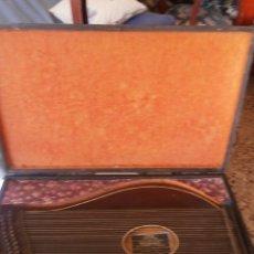 Instrumentos musicales: CITARA ALEMANA CON ESTUCHE DE MADERA Y ACCESORIOS AÑO 1930 MARCA MICHAEL GLAS. Lote 46169016