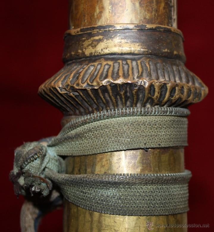Instrumentos musicales: ANTIGUA TROMPETA TIBETANA O NEPALESA EXTENSIBLE EN BRONCE MARTELEADO DEL SIGLO XIX - Foto 4 - 48193090