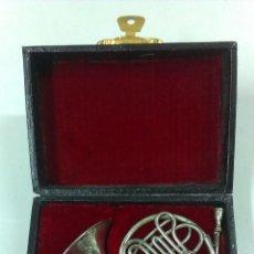 Instrumentos musicales: TROMPA EN MINIATURA . PIEZA DE COLECCION CON SU ESTUCHE ORIGINAL. Lote 49050460