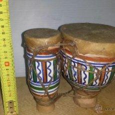 Instrumentos musicales: BONGOS DOBLES AFRICANOS EN CERAMICA DECORADA Y PIEL. Lote 54100886