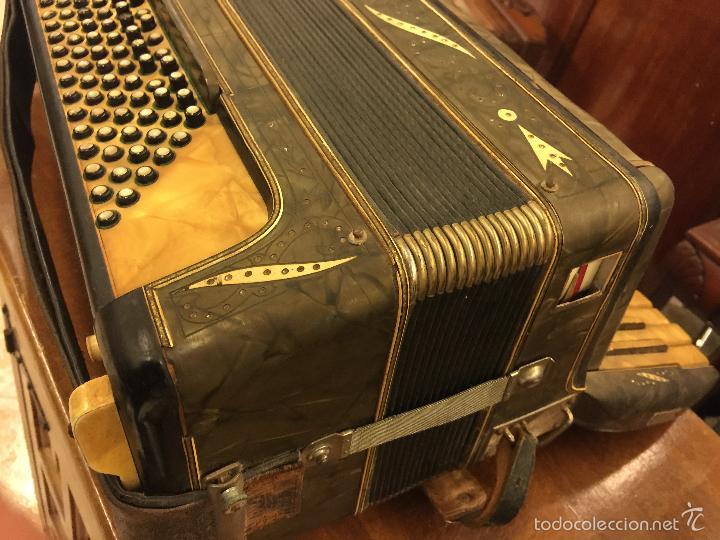 Instrumentos musicales: Precioso acordeon antiguo, marca AQUILA. Con los botones pequeños en nacar. funciona - Foto 2 - 56240299