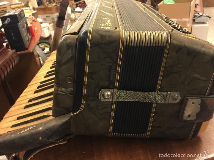 Instrumentos musicales: Precioso acordeon antiguo, marca AQUILA. Con los botones pequeños en nacar. funciona - Foto 3 - 56240299
