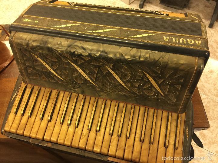 Instrumentos musicales: Precioso acordeon antiguo, marca AQUILA. Con los botones pequeños en nacar. funciona - Foto 4 - 56240299