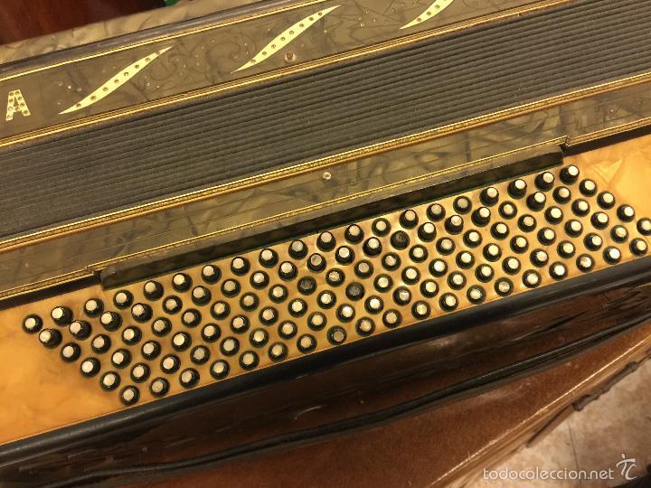 Instrumentos musicales: Precioso acordeon antiguo, marca AQUILA. Con los botones pequeños en nacar. funciona - Foto 6 - 56240299