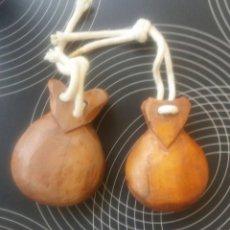 Instrumentos musicales: LOTE DE 2 PARES DE CASTAÑUELAS INFANTILES - AÑOS 60. Lote 56841280
