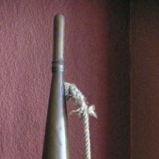 Instrumentos musicales: ANTIGUA TROMPETA DE LATON DE PREGONERO DE GRAN TAMAÑO 27,50 CM. TIENE EL PITO. Lote 57535045