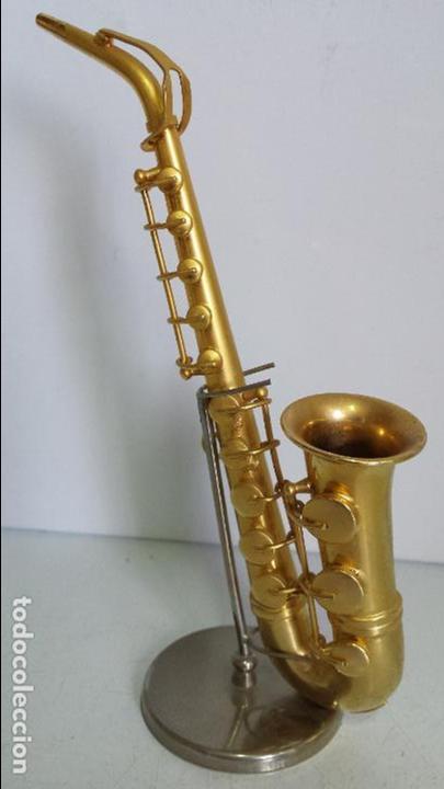 SAXOFÓN MINIATURA METALICO - DECORATIVO - CON EXPOSITOR (Música - Instrumentos Musicales - Viento Metal)