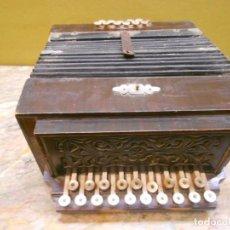 Instrumentos musicales: ANTIGUO ACORDEON DIATONICO EN MADERA CON BOTONERA NACAR HUESO FUNCIONANDO. Lote 67425829