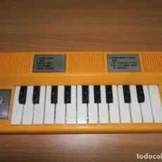 Instrumentos musicales: SUBASTAS BARATAS ANTIGUO TECLADO PIANO ORGANO VINTAGE RETRO AMARILLO POWER SWITCH RAREZA. Lote 78084261