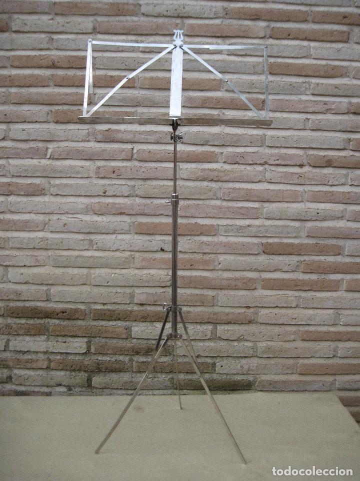 ATRIL ANTIGUO DE PIE EN HIERRO CROMADO, PARA PARTITURAS DE MUSICA. REGULABLE. (Música - Instrumentos Musicales - Accesorios)