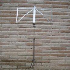Instrumentos musicales: ATRIL ANTIGUO DE PIE EN HIERRO CROMADO, PARA PARTITURAS DE MUSICA. REGULABLE.. Lote 84545048