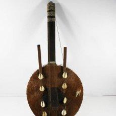 Instrumentos musicales: INSTRUMENTO ETNICO DE CUERDA PIEL DE CABRA CON 6 CUERDAS, 55 CM LARGO. Lote 87152308