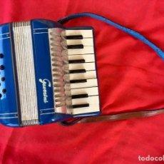 Instrumentos musicales: ACORDEON GUERRINI 1940 AZUL CINTAS DE FIELTRO Y CUERO 20X20,5 CM CERRADO. Lote 88745304