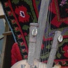 Instrumentos musicales - Instrumento musical africano etnográfico, cuero repujado y coco. - 89528120