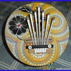 Instrumentos musicales: KALIMBA INSTRUMENTODE 7 NOTAS REALIZADO CON UN COCO Y DECORADO A MANO MIDE 13,5 CM DE DIÁMETRO. Lote 194569158