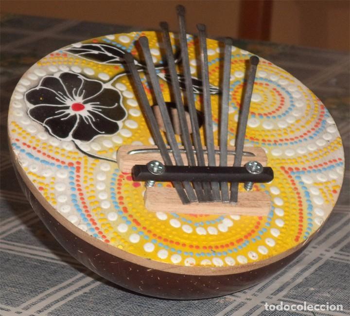 Instrumentos musicales: KALIMBA INSTRUMENTODE 7 NOTAS REALIZADO CON UN COCO Y DECORADO A MANO Mide 13,5 cm de diámetro - Foto 3 - 194569158