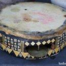 Instrumentos musicales: MUY ANTIGUA PANDERETA EN PIEL PERGAMINO , NORTE DE AFRICA APLICACIONES HUESO, MADERA LATON MOSAICO. Lote 140876876