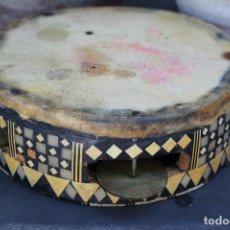 Instrumentos musicales: MUY ANTIGUA PANDERETA EN PIEL PERGAMINO , NORTE DE AFRICA APLICACIONES HUESO, MADERA LATON MOSAICO. Lote 295791628