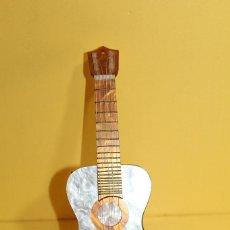 Instrumentos musicales: GUITARRA MUSICAL DE NACAR Y CAREY DE JUGUETE - AÑOS 60 - FUNCIONA. Lote 102342447