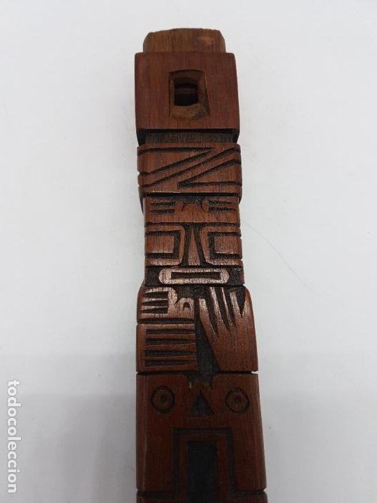 Instrumentos musicales: Preciosa flauta antigua azteca tallada a mano en madera con formas de totems y policromada. - Foto 5 - 108414015