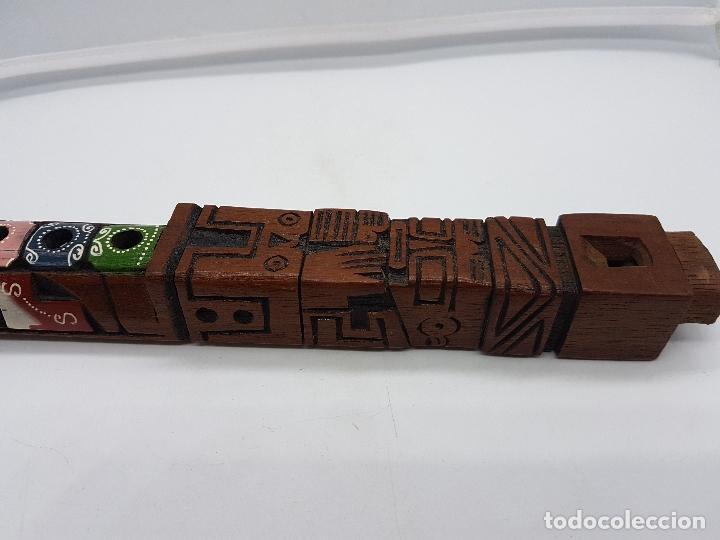 Instrumentos musicales: Preciosa flauta antigua azteca tallada a mano en madera con formas de totems y policromada. - Foto 8 - 108414015