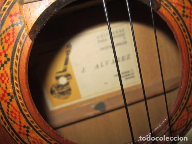 Instrumentos musicales: Guitarra española marca J. Alvarez . Medida: 1 m. de largo x 38 cms. ancho. para restaurar - Foto 2 - 110967375