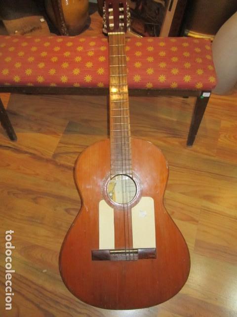 GUITARRA ESPAÑOLA MARCA J. ALVAREZ . MEDIDA: 1 M. DE LARGO X 38 CMS. ANCHO. PARA RESTAURAR (Música - Instrumentos Musicales - Guitarras Antiguas)
