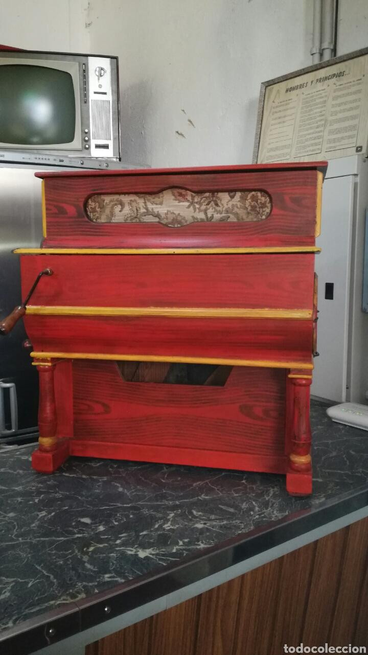 ORGANILLO DE MUSICA ESPAÑOL ,FIRMADO POR VICENTE LINARES JYC/ (Música - Instrumentos Musicales - Pianos Antiguos)