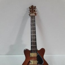 Instrumentos musicales: GUITARRA DE JAZZ - MINIATURA . ALTURA 15 CM. Lote 113347195