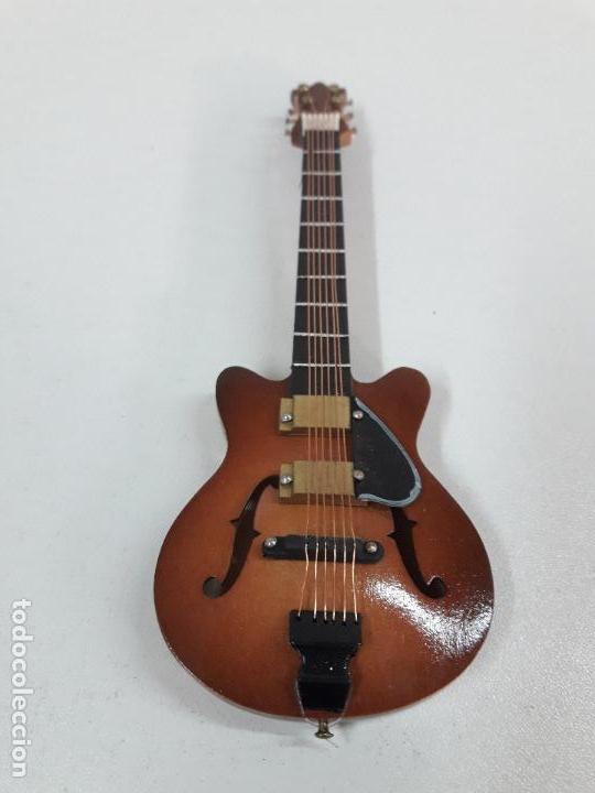 Instrumentos musicales: GUITARRA DE JAZZ - MINIATURA . ALTURA 15 CM - Foto 3 - 113347195