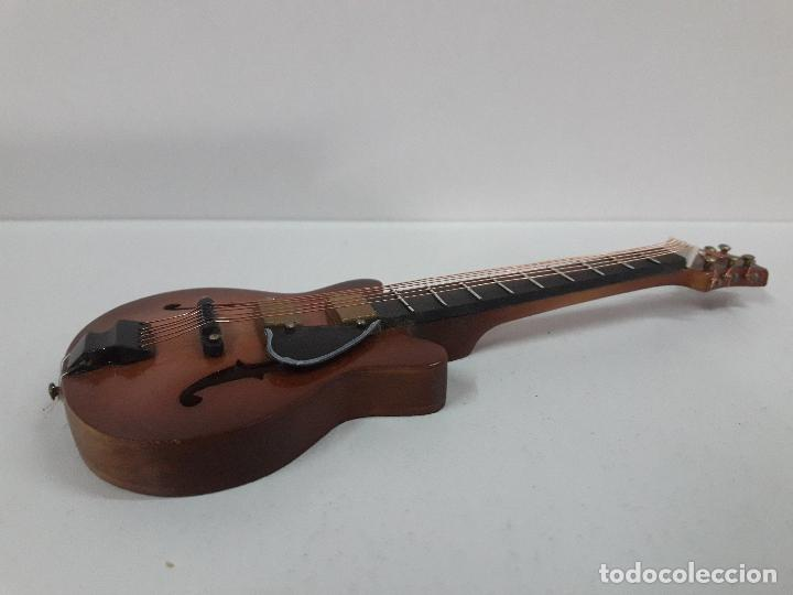 Instrumentos musicales: GUITARRA DE JAZZ - MINIATURA . ALTURA 15 CM - Foto 5 - 113347195