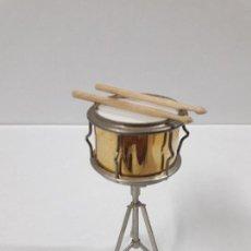 Instrumentos musicales: INSTRUMENTO DE PERCUSION CON BAQUETAS - MINIATURA . ALTURA 9,5 CM. Lote 113350755