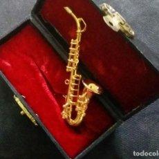 Instrumentos musicales: BELLÍSIMO SAXOFÓN EN MINIATURA DE METAL. EN SU ESTUCHE. Lote 114166043
