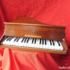 Instrumentos musicales: PIANO DE MADERA AFINADO PARA NIÑOS, AÑOS 50. TAMAÑO 50X50CM.. Lote 117960123