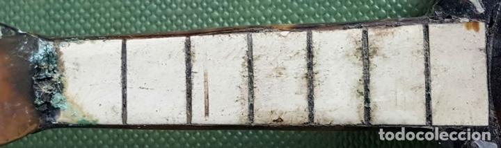 Instrumentos musicales: OUKELELE EN MINIATURA. MADERA CUBIERTA DE CAREY. INCRUSTACIONES DE NACAR. SIGLO XX. - Foto 4 - 120889927