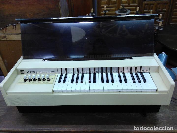 Instrumentos musicales: Antiguo Organo Magnus. En perfecto estado y funcionando - Foto 3 - 121101183