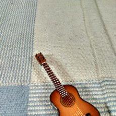 Instrumentos musicales: MINIATURA DE GUITARRA DE MADERA CON FUNDA PARA GUARDAR Y EXPOSITOR 14 CM. Lote 121911407