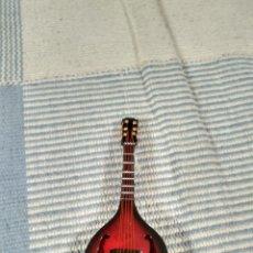 Instrumentos musicales: MINIATURA DE MANDOLINA DE MADERA CON FUNDA PARA GUARDAR Y EXPOSITOR 14 CM. Lote 121911755