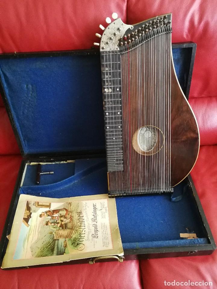CÍTARA DE ORIGEN ALEMAN CON PARTITURA LLAVE Y ESTUCHE DE MADERA ANTIGUOS (Música - Instrumentos Musicales - Cuerda Antiguos)