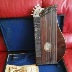 Instrumentos musicales: CÍTARA DE ORIGEN ALEMAN CON PARTITURA LLAVE Y ESTUCHE DE MADERA ANTIGUOS. Lote 128417035