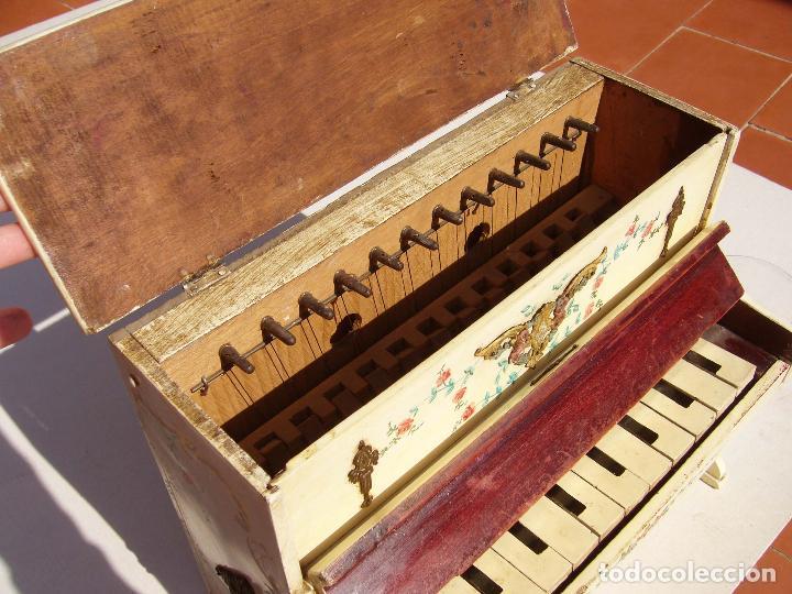 Instrumentos musicales: Raro piano madera policromada con herrajes. Funciona. - Foto 5 - 129508283