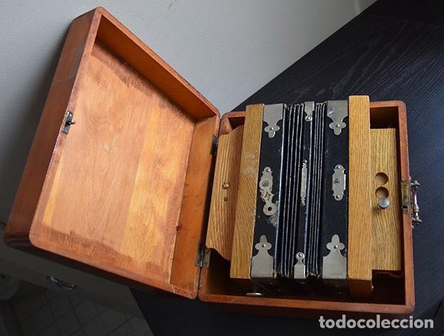 ACORDEÓN DIATÓNICO FINALES SIGLO XIX, EN SU ESTUCHE DE MADERA (Música - Instrumentos Musicales - Viento Madera)
